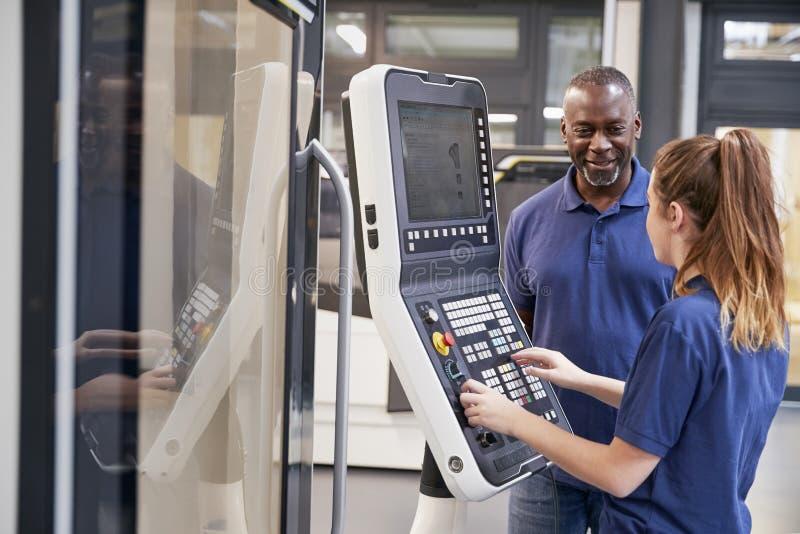 Inżyniera aplikantowi Pokazywać Dlaczego Używać CNC narzędzie Robi maszynie obrazy royalty free