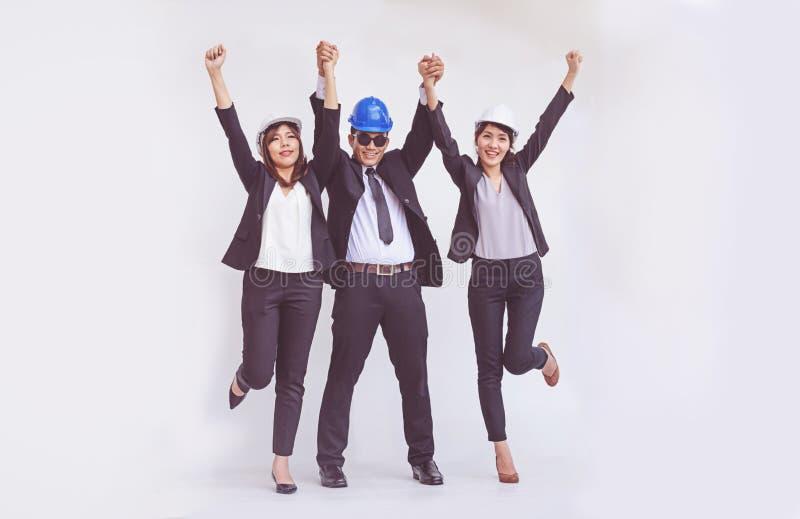 Inżyniera i architekta pozycja z otwartymi rękami wśród szczęśliwego obrazy royalty free