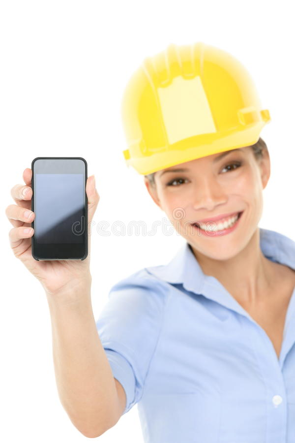 Inżyniera lub architekta kobieta pokazuje mądrze telefon obrazy stock