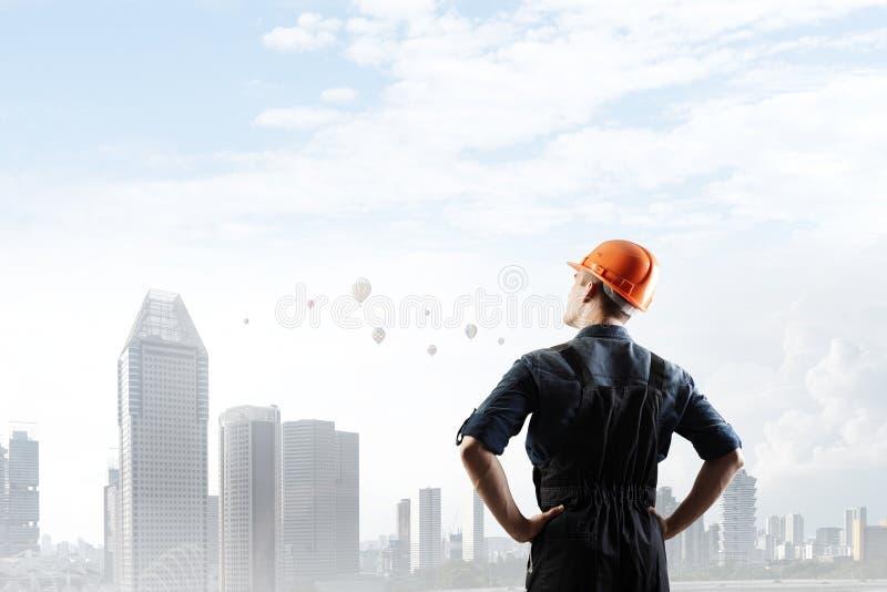 Inżyniera mężczyzna viewing pejzaż miejski zdjęcia stock
