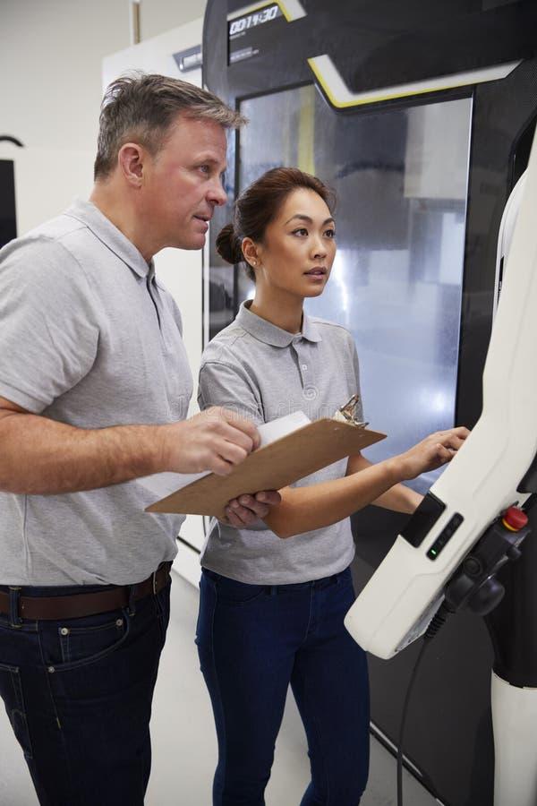Inżyniera Stażowy Żeński aplikant Używać CNC maszynę W czynniku zdjęcie royalty free