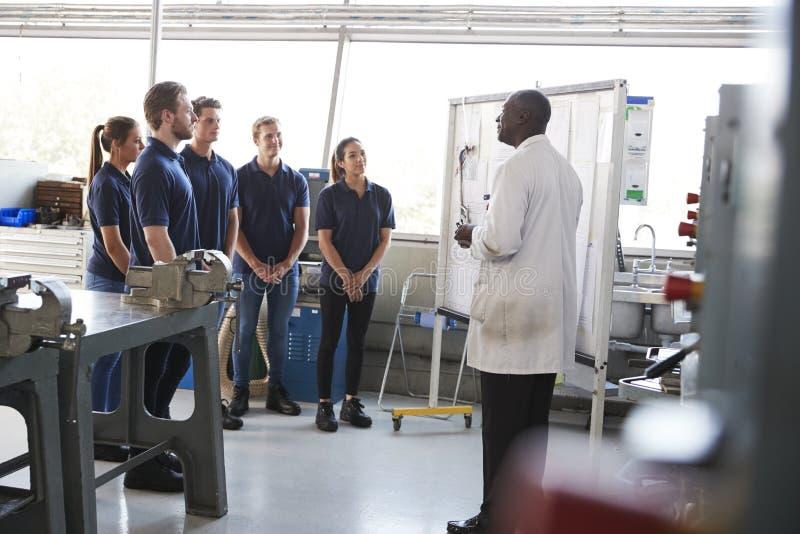 Inżynieria aplikanci stoi przy stażową prezentacją zdjęcie stock