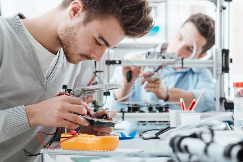 Inżynieria ucznie pracuje w lab zdjęcia royalty free