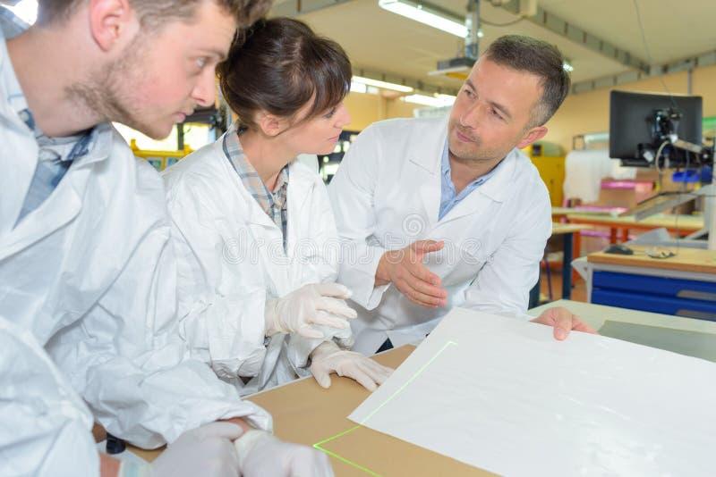 Inżynieria ucznie pracuje w lab obrazy royalty free
