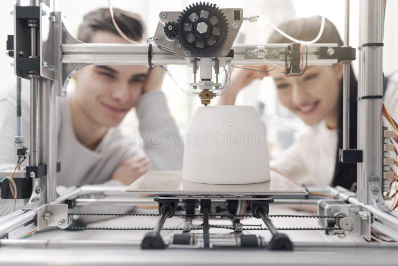Inżynieria ucznie używa 3D drukarkę w lab zdjęcie royalty free