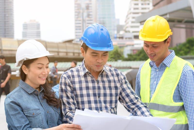 Inżynierii budowy pojęcie: fachowa inżynier drużyna ja zdjęcia royalty free