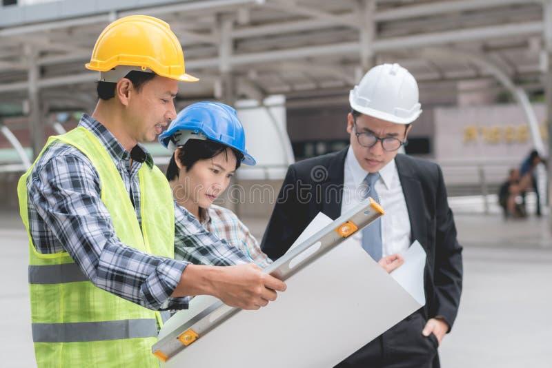 Inżynierii budowy pracy zespołowej pojęcie: fachowy enginee obraz royalty free