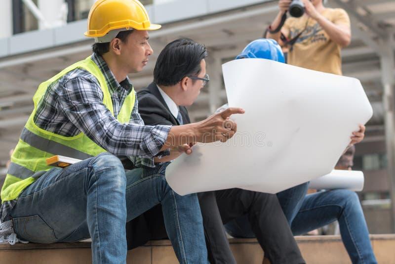 Inżynierii budowy pracy zespołowej pojęcie: fachowy enginee fotografia stock