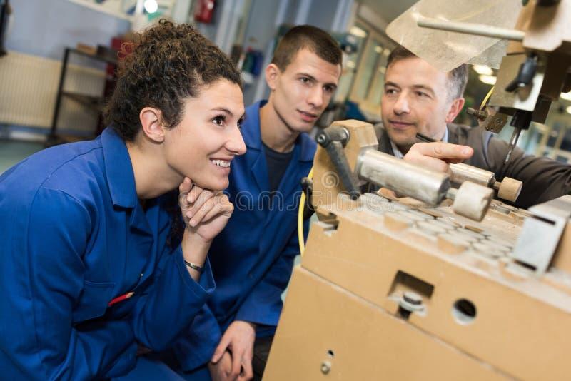 Inżynierii studencka używa maszyny ciężkie przy uniwersytetem fotografia royalty free