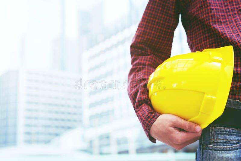 Inżynierii szkockiej kraty koszula pracownika budowlanego męskiego mienia zbawczy żółty hełm zdjęcie royalty free
