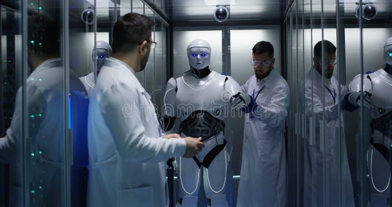Inżyniery bada na robot kontrolach obraz stock