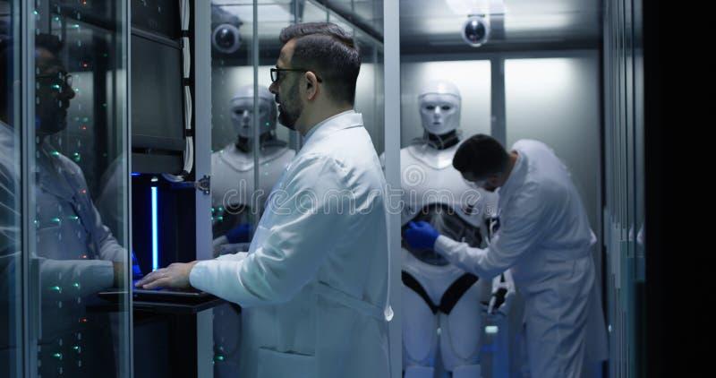 Inżyniery bada na robot kontrolach fotografia stock