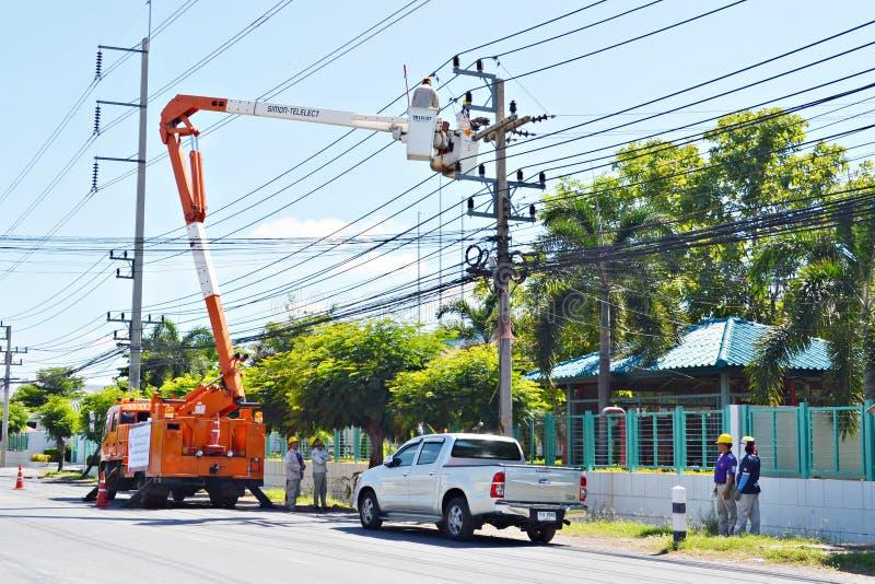 Inżyniery elektryczność w Thailand dźwignięciach up to załatwiają elektryczność zdjęcie stock