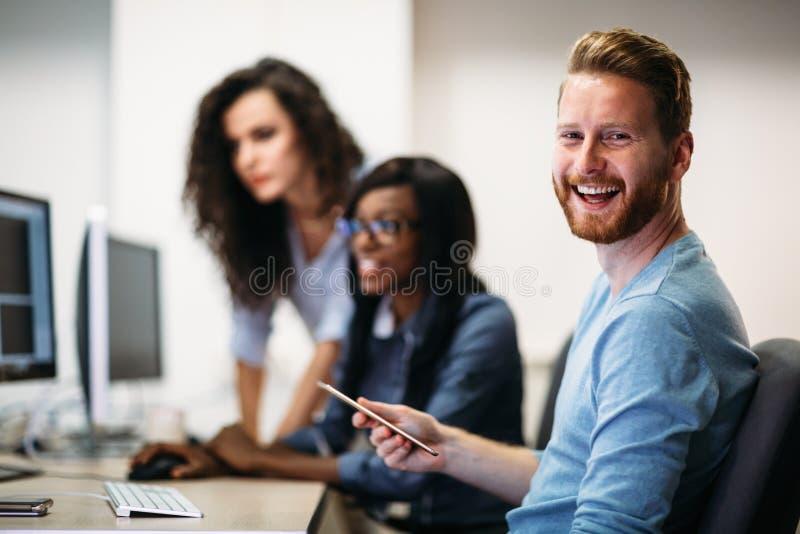 Inżyniery oprogramowania pracuje na projekcie i programuje w firmie zdjęcie stock