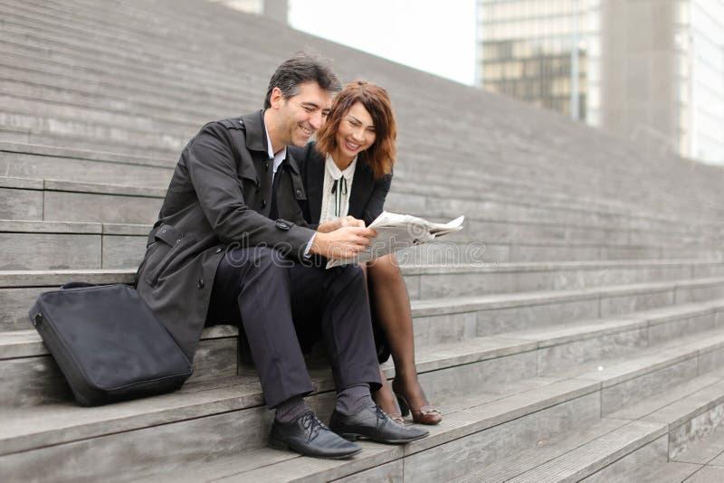 inżyniery samiec i kobieta czytelniczy artykuł o firmie wewnątrz zdjęcia royalty free