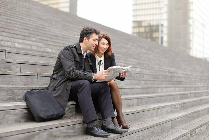 inżyniery samiec i kobieta czytelniczy artykuł o firmie wewnątrz zdjęcia stock