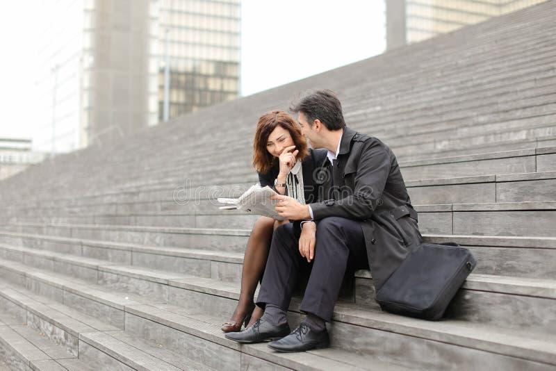 inżyniery samiec i kobieta czytelniczy artykuł o firmie wewnątrz obraz stock
