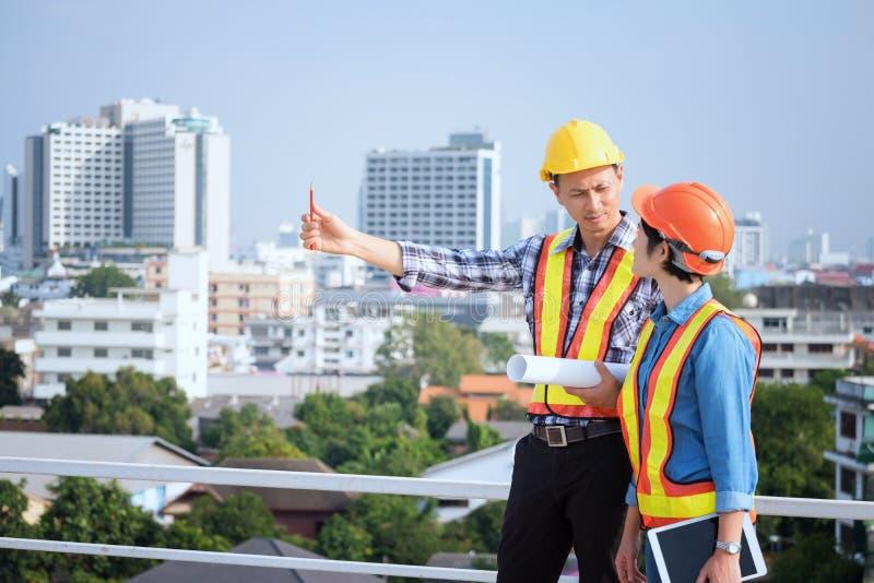 Inżyniery spotykają, pracują i przyglądający w domu projekt, wewnątrz obraz stock