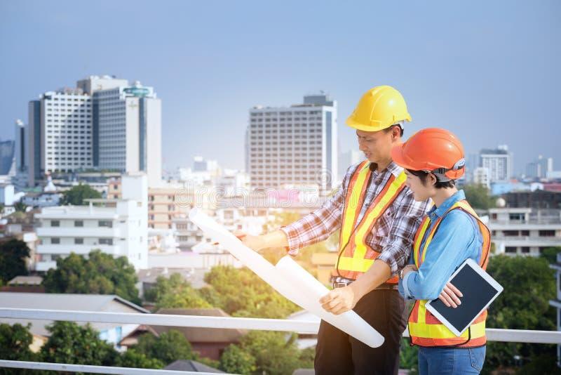 Inżyniery spotykają, pracują i przyglądający w domu projekt, wewnątrz zdjęcie royalty free
