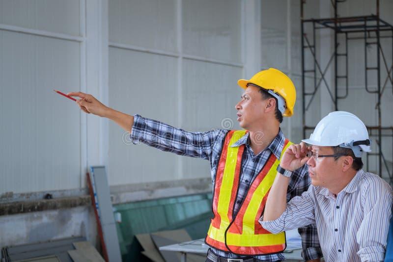 Inżyniery spotykają, pracują up w wo i przyglądający punkt, obraz royalty free