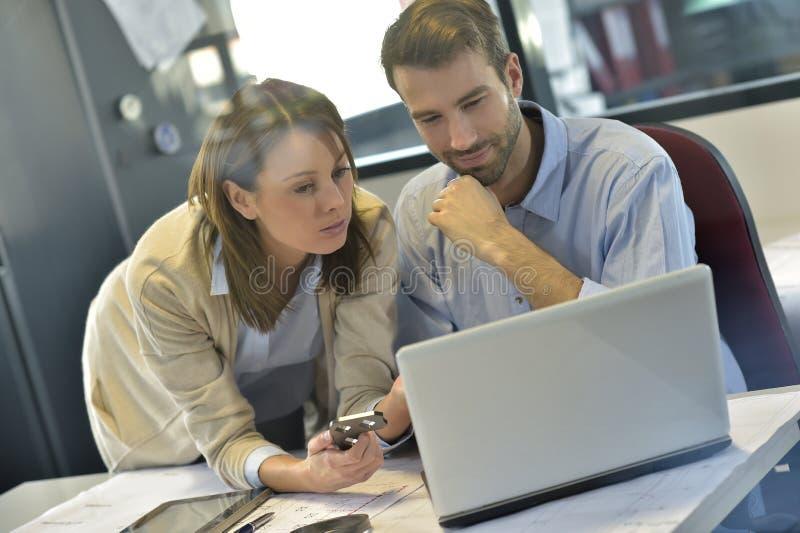 Inżyniery w sektorze branżowym pracuje przy biurem zdjęcia royalty free