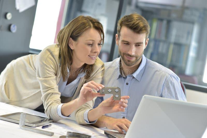 Inżyniery w sektorze branżowym pracuje przy biurem fotografia stock
