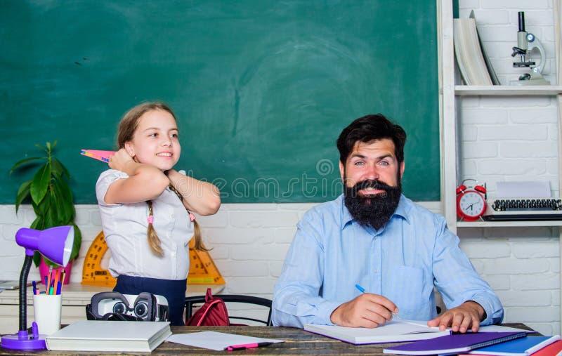 ? inacredit?vel estudo da filha com pai Dia dos professores Dia do conhecimento Educa??o home De volta ? escola confidencial foto de stock royalty free