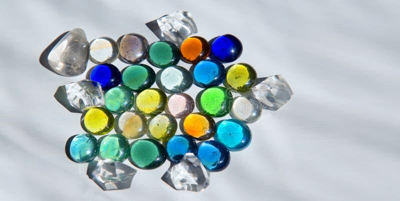 Inaczej barwioni szklani round kryształy obrazy stock