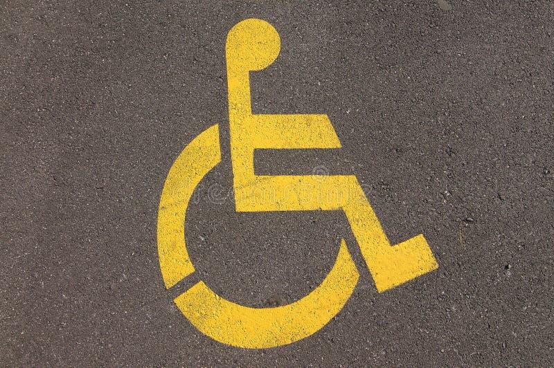 Inaktivera handikappet som parkerar tecknet på asfalt arkivbilder