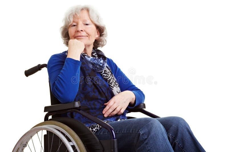 inaktiverad hög rullstolkvinna royaltyfri foto