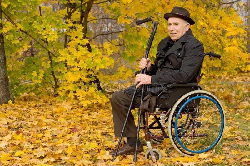 Inaktiverade den höga mannen i en rullstol arkivfoto