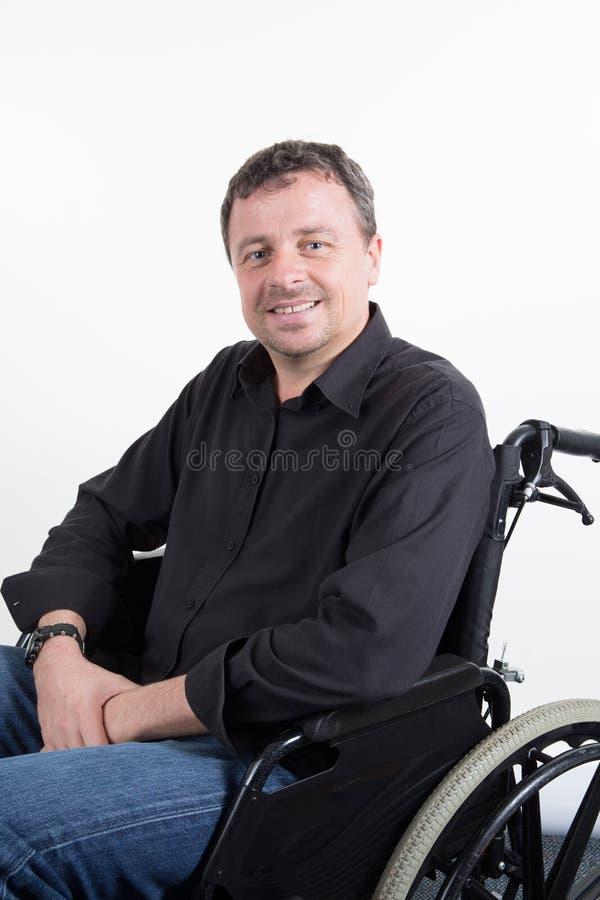 Inaktiverade den stiliga mannen i rullstolen som var förlamad i båda benen i vit arkivbild