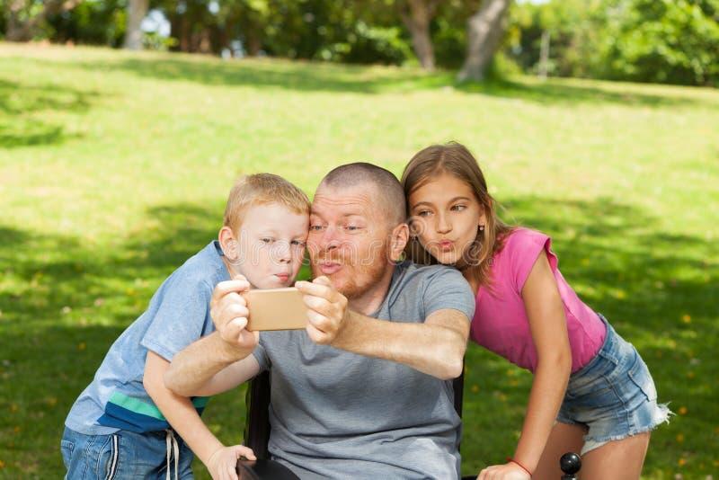 Inaktiverade fadern som spelar med barn royaltyfri fotografi