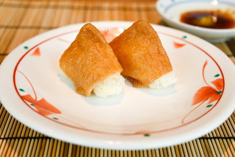 Inari-Sushi, frittierter Tofu gefüllt mit Reis stockfotografie