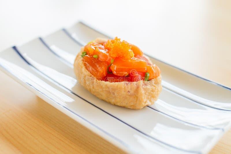 Inari-Sushi oder süße Tofutasche stockfotografie