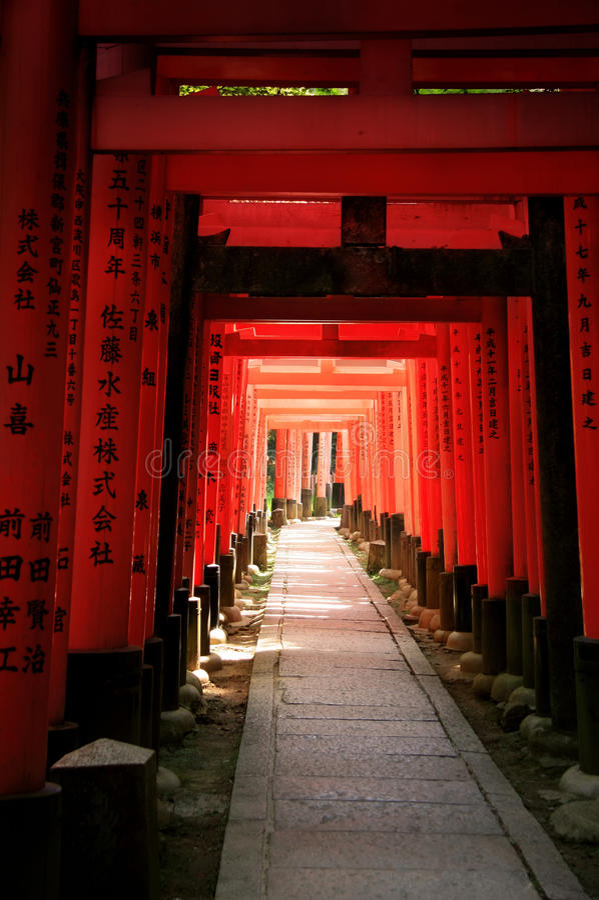 Inari Torii Versieht - Kyoto - Japan Mit Einem Gatter Lizenzfreie Stockfotografie