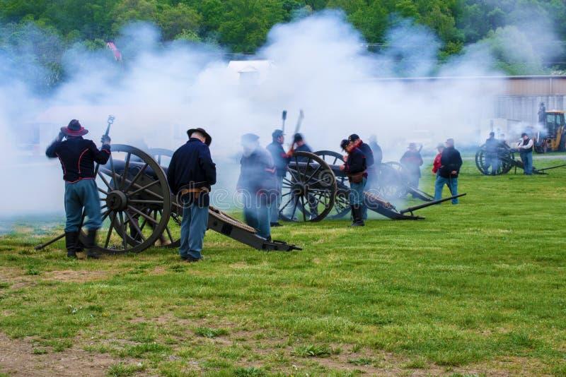 Inbördeskrigkanoner som avfyrar på striden av Buchanan fotografering för bildbyråer
