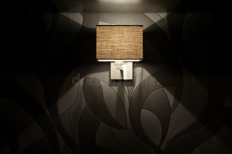 Inbegrepen Muurlamp In De Slaapkamer Bij De Avond Stock Afbeelding ...