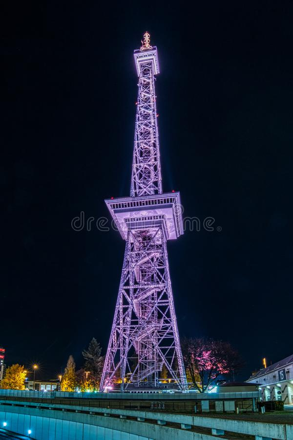 InBerlin de la torre de radio en la noche imagen de archivo libre de regalías