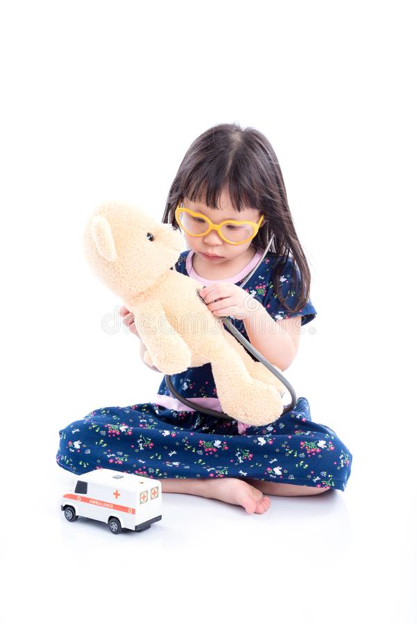 Inbillad liten flicka att vara doktor över vit royaltyfri foto