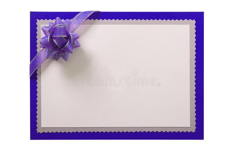 Inbjudan inviterar bakgrund för gränsen för kortet den blåa isolerad vit purpurfärgade pilbågen fotografering för bildbyråer