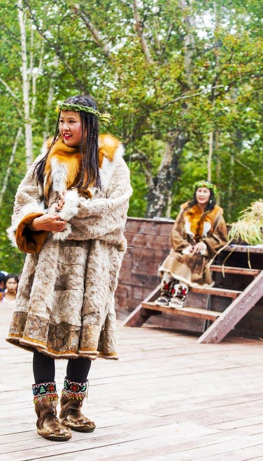 Inboorling die van Kamchatka op Alhalalay dansen stock afbeeldingen
