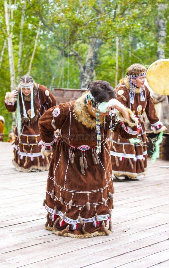Inboorling die van Kamchatka op Alhalalay dansen stock afbeelding