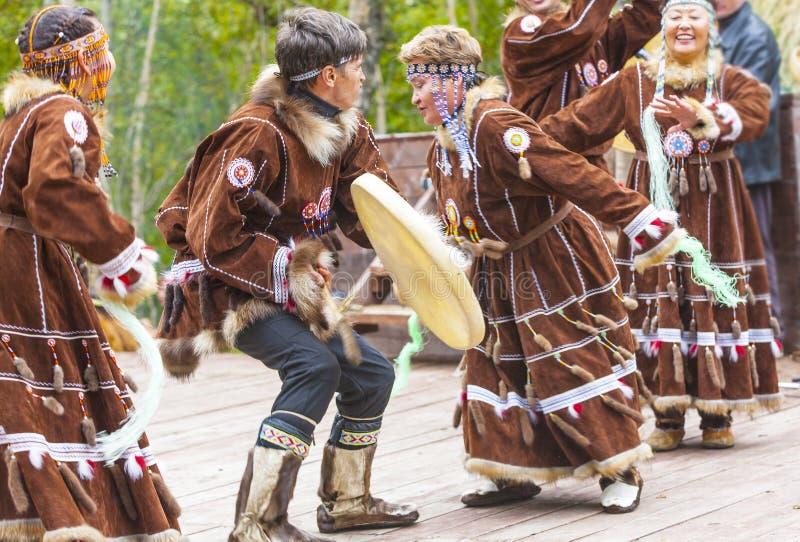 Inboorling die van Kamchatka op Alhalalay dansen stock foto
