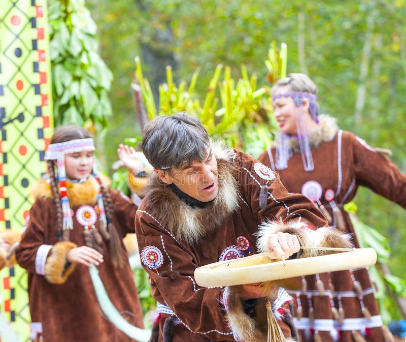 Inboorling die van Kamchatka op Alhalalay dansen stock fotografie