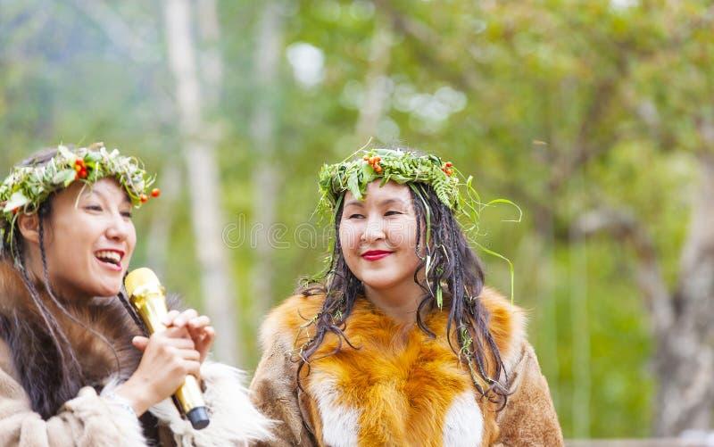 Inboorling die van Kamchatka op dansmarathon dansen stock foto's