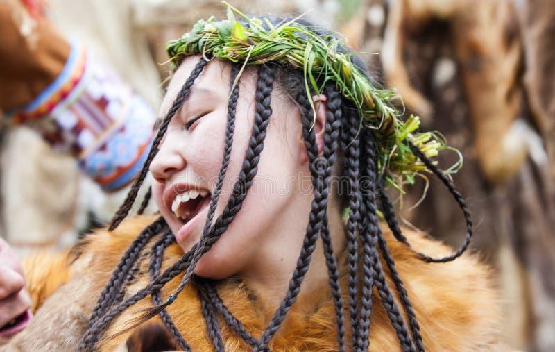 Inboorling die van Kamchatka op feest dansen stock afbeelding
