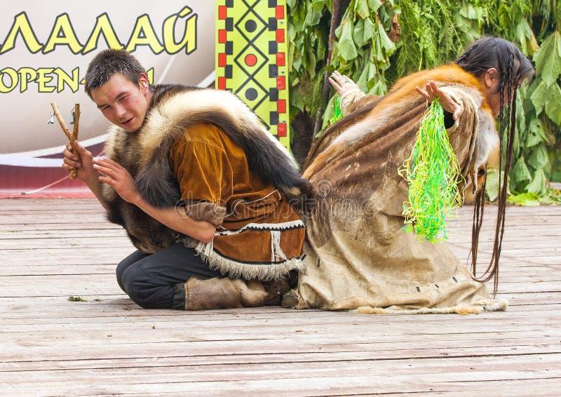 Inboorling die van Kamchatka op feest dansen stock afbeeldingen