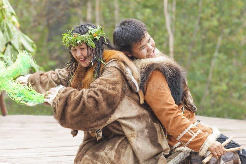 Inboorling die van Kamchatka op feest dansen stock foto