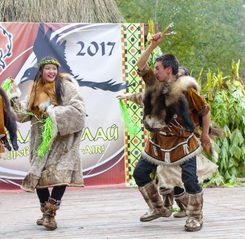 Inboorling die van Kamchatka op feest dansen stock fotografie